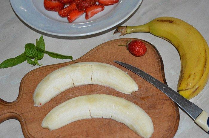 Шоколадные блинчики с мороженым и фруктами