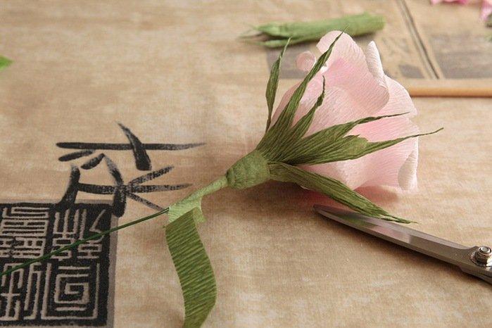 Розы из гофробумаги своими руками - фото 24