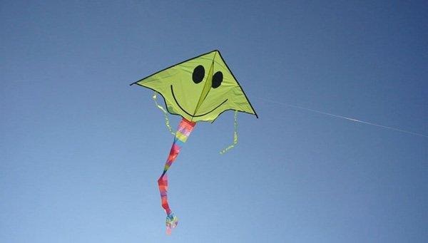 Як зробити повітряного змія з пакету - фото 7