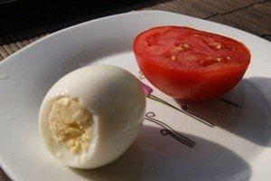 Дитяча закуска грибочки з яєць і помідорів - рецепт, фото 1