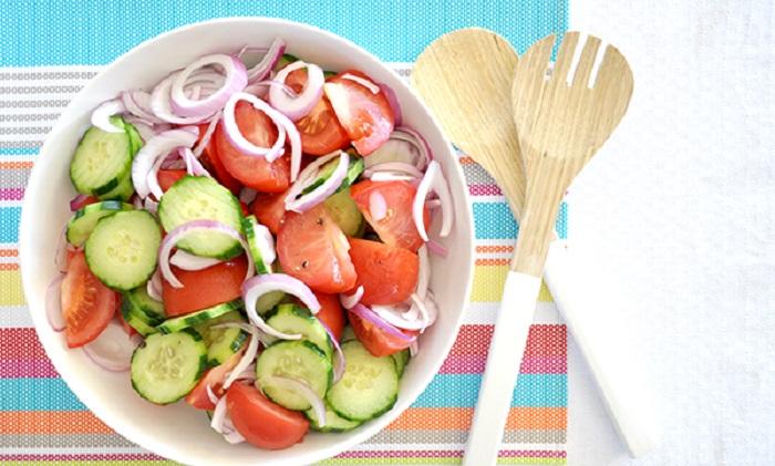 Овощной салат с помидором и огурцом, рецепт