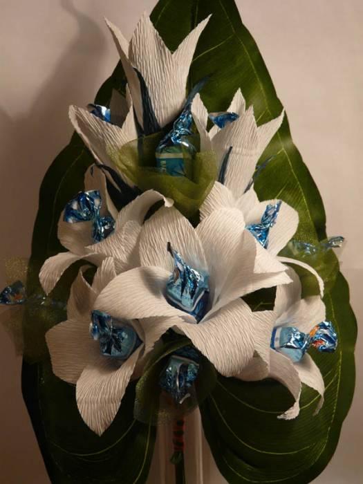 Букет из конфет: сладкие лилии