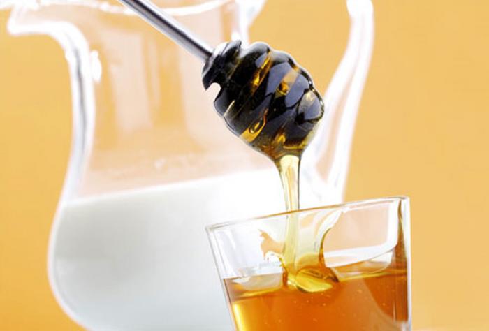 Согревающий напиток: молоко со сливочным маслом и медом