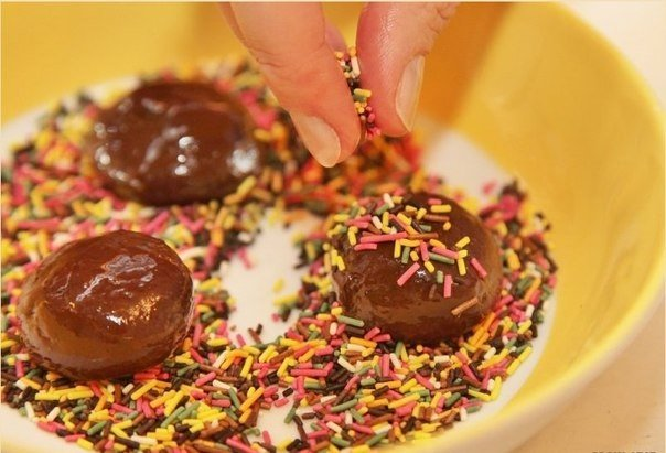 """Бразильські шоколадні цукерки з какао """"Брігадейро"""" — рецепт, фото 8"""