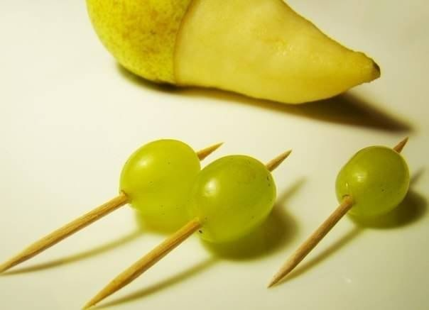 Ежик из груши и винограда - фото 3
