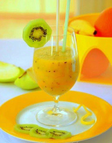 Молочный коктейль с киви, апельсином и бананом - фото