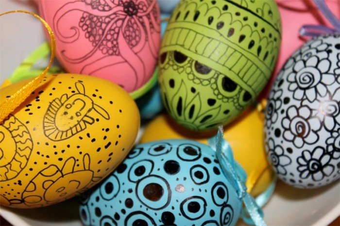 Розфарбовуємо пасхальні яйця маркером фото