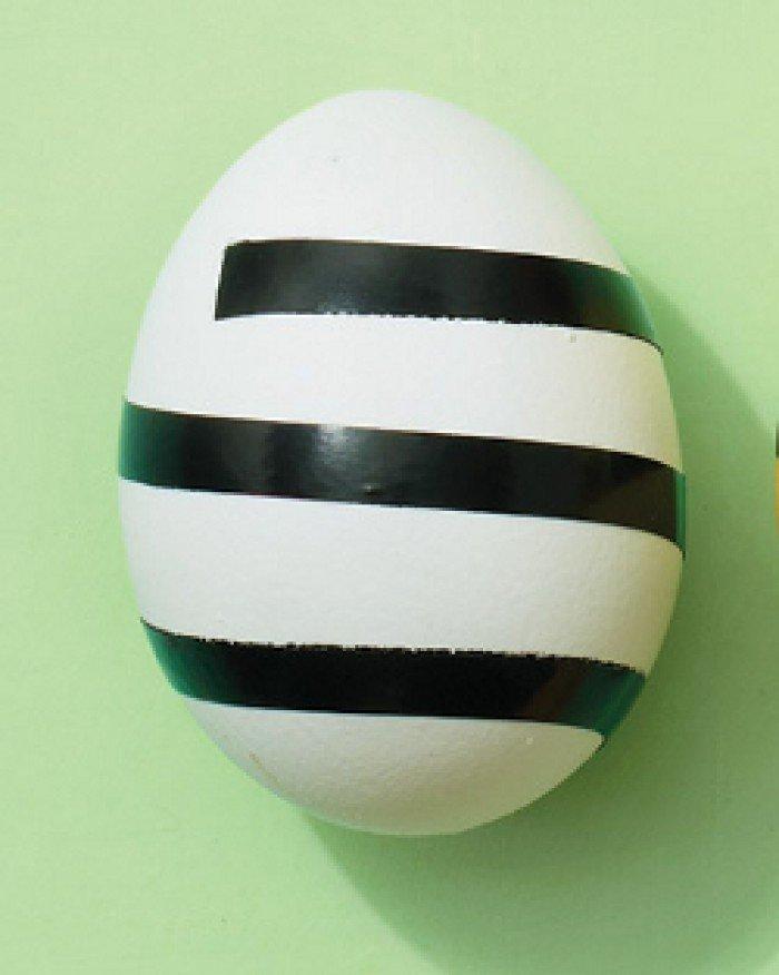Фарбуємо пасхальні яйця, обклейка ізострічкою, крок 1