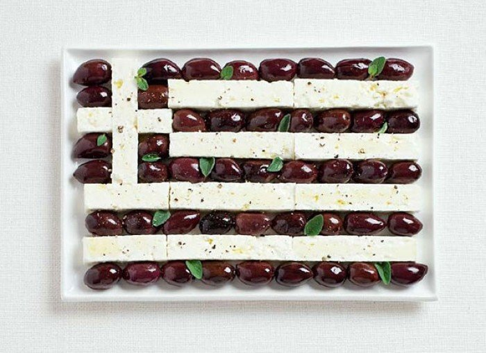 Национальный флаг Греции из еды