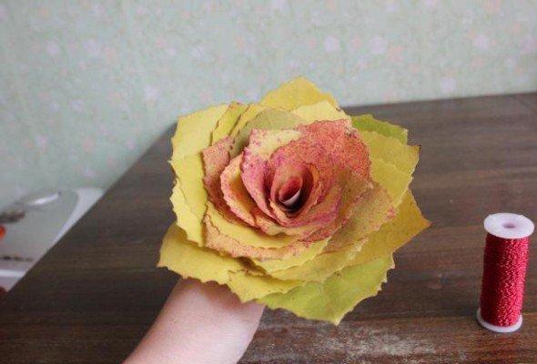 Как сделать розу с листьями