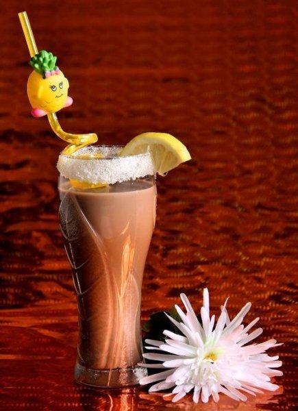 Молочний коктейль з шоколадом та морозивом - фото
