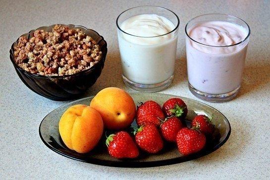 Легкий фруктовый десерт из йогурта и мюсли – фото 1