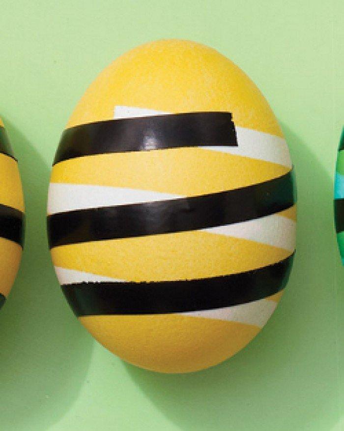 Фарбуємо пасхальні яйця, обклейка ізострічкою, крок 3