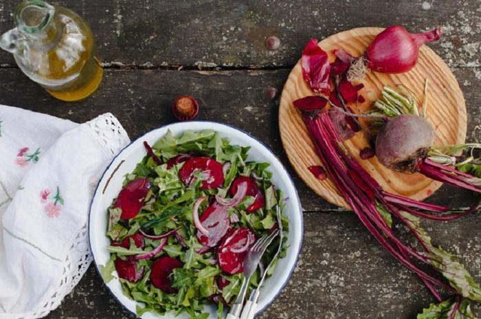 Салат из свеклы, щавеля и листьев одуванчика