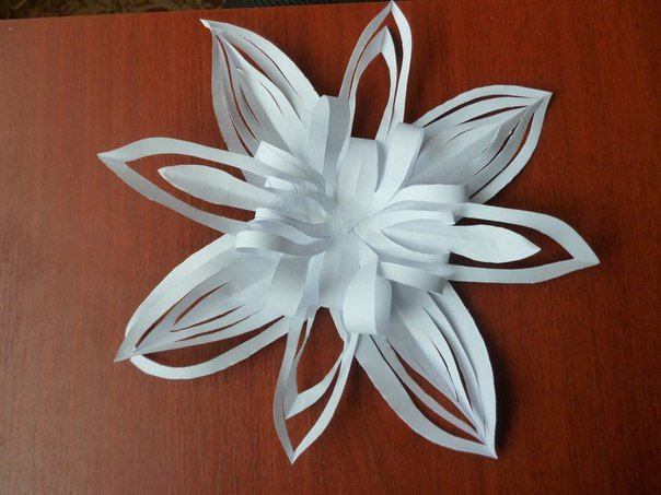 Чарівна сніжинка з паперу