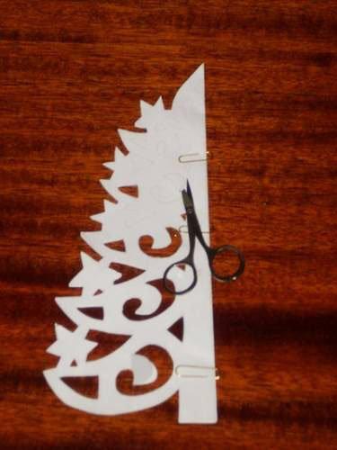 Ажурная елочка из бумаги