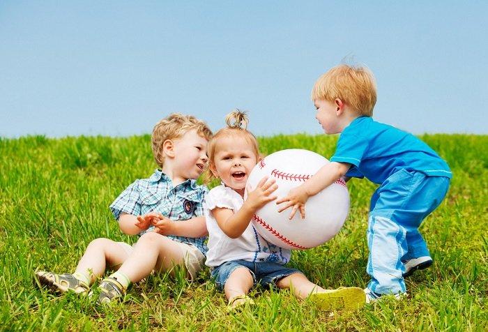 Рухливі ігри з м'ячем для малюків
