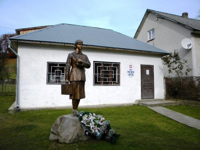 Памятник учителю в селе Колочава