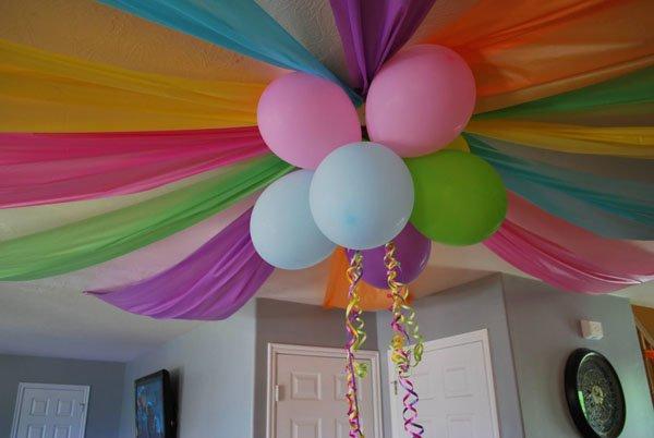 Детский День рождения дома: украшение потолка