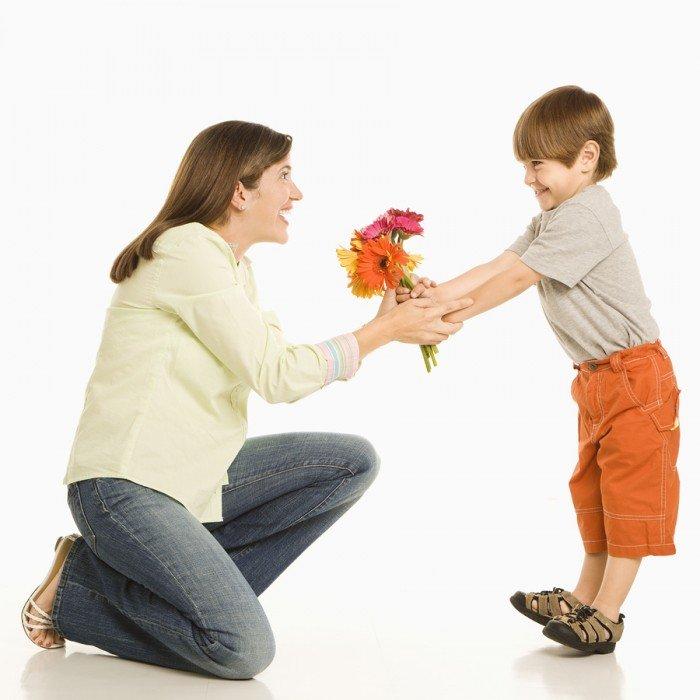 День матери. Ребенок поздравляет маму