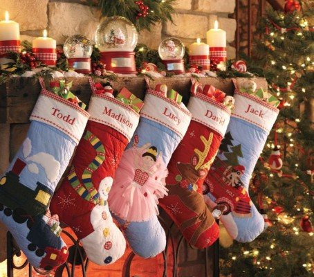 Чому на День Миколая розвішують шкарпетки для подарунків?