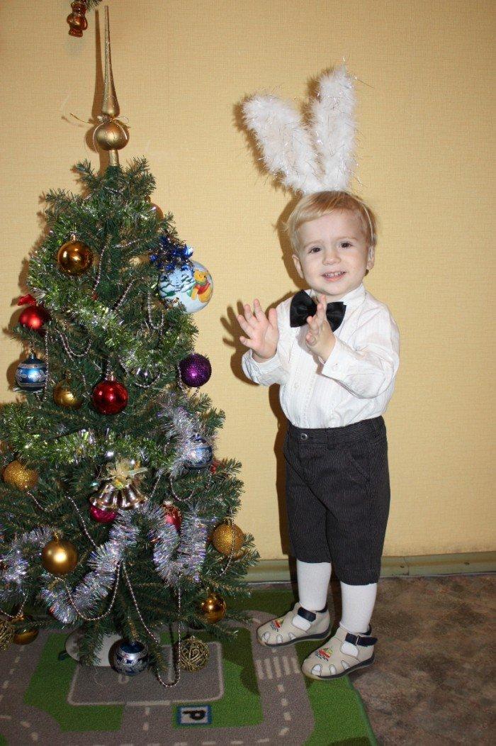 Мальчик у елки