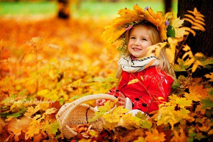Девочка улыбается, осень