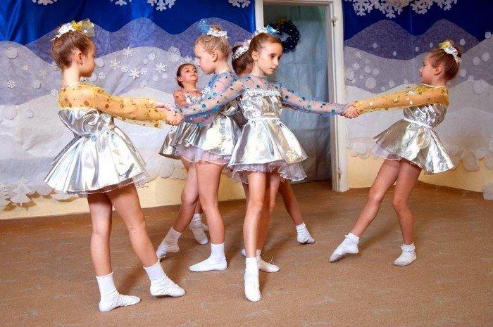 Новогодний танец снежинок