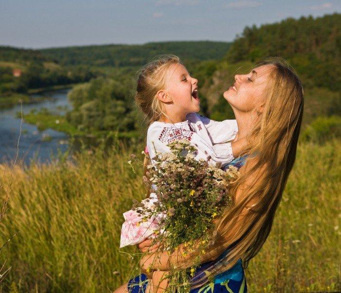 Девочка и мама улыбаются