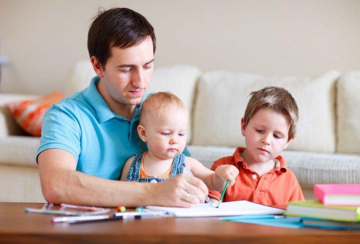 День отца. Папа помогает детям с домашним заданием