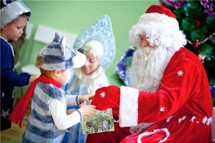 Дед Мороз дает подарки