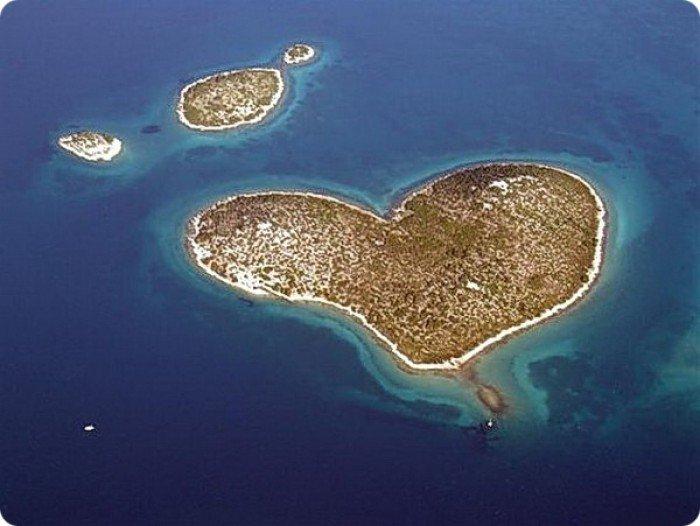 Необычные острова, фото - остров в виде сердца