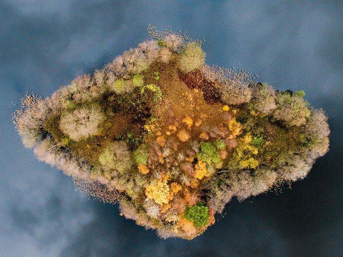 Фото острова восени .Острів на озері, Польща