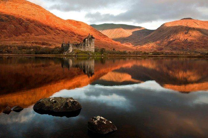 Осенний пейзаж. Замок Килхурн в Шотландии осенью