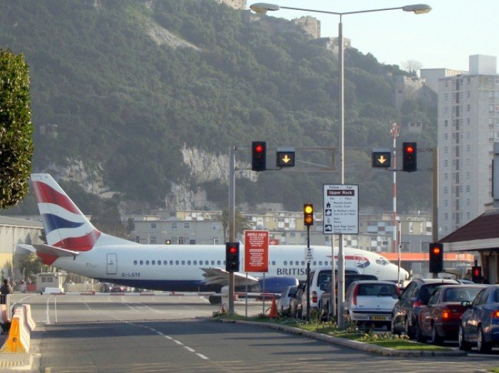 Небезпечні аеропорти світу. Незвичайний аеропорт на півострові Гібралтар