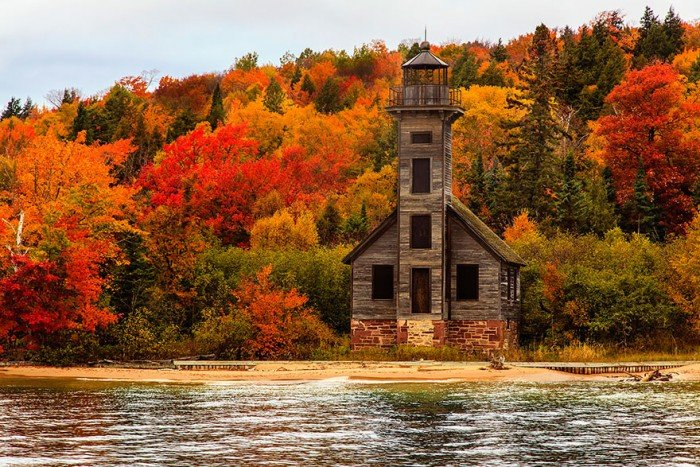 Маяк в Мічігані, США восени