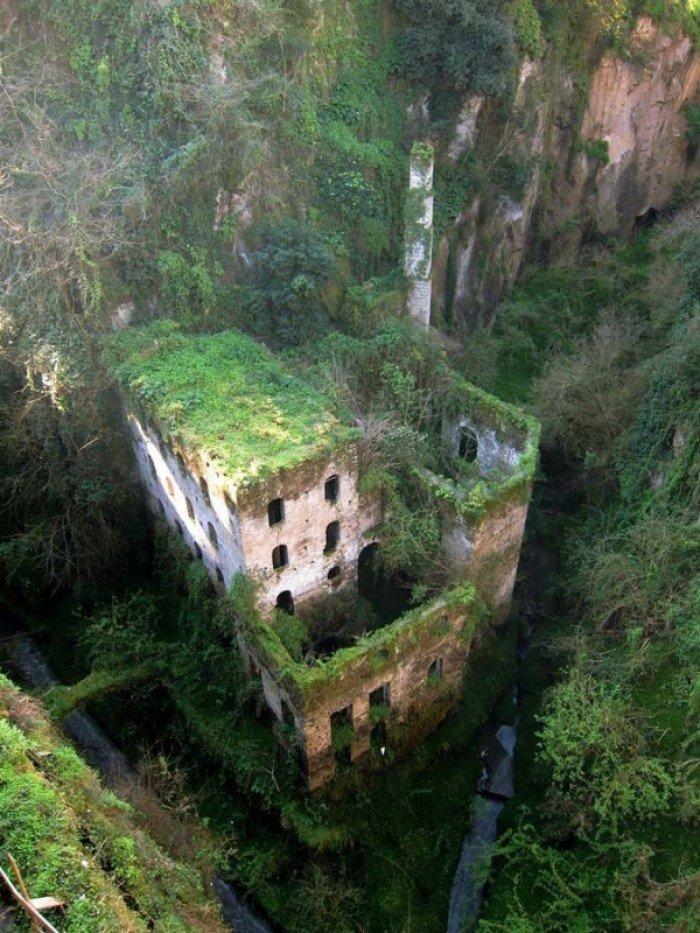 Заброшенные и таинственные места Земли, фото - Заброшенная мельница 1866 года, Сорренто, Италия