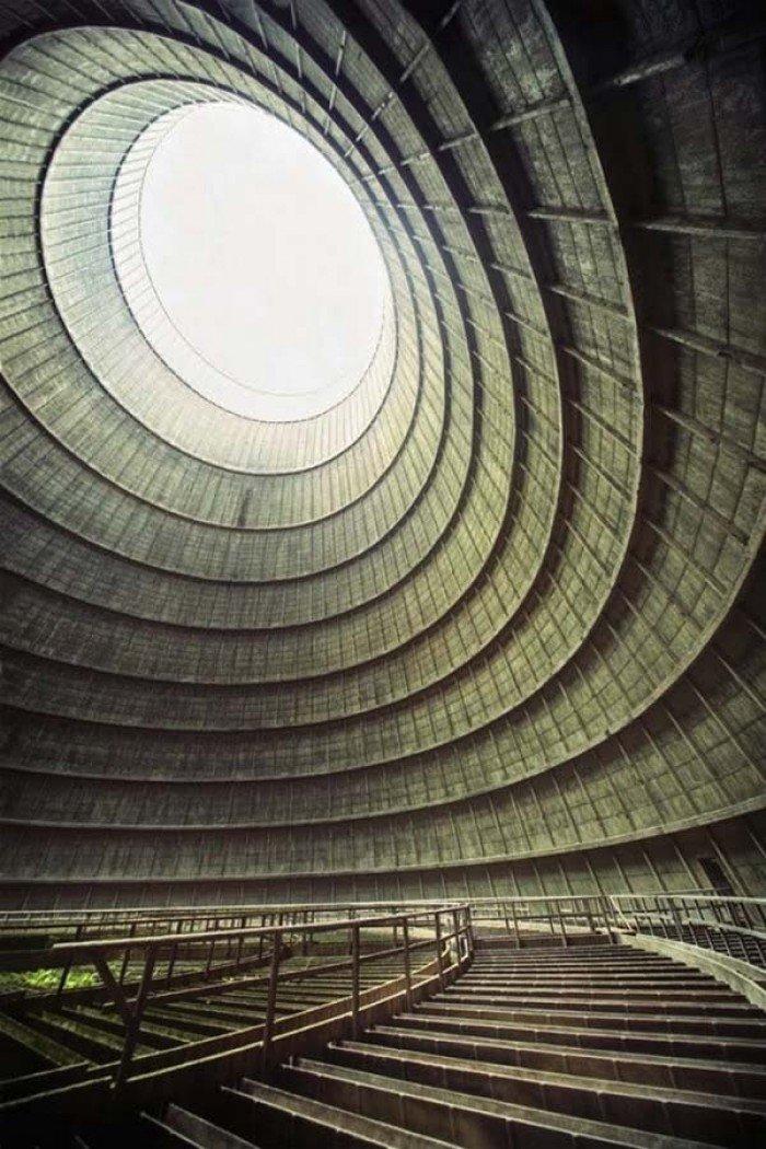 Заброшенные и таинственные места Земли, фото - Охлаждающая камера заброшенной электростанции
