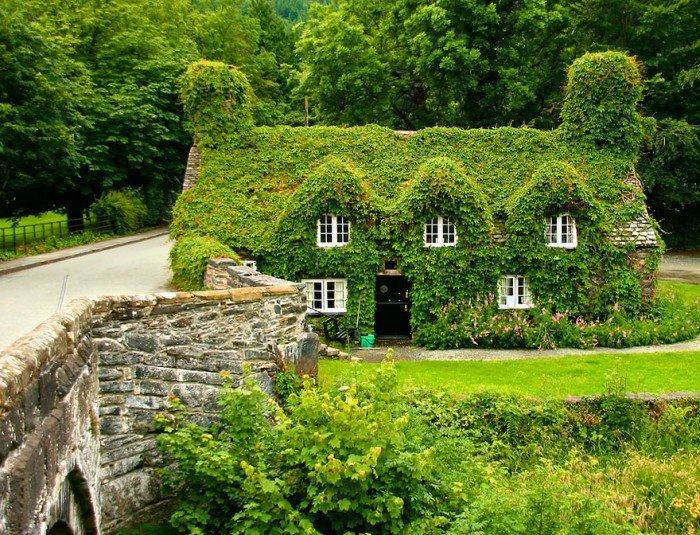 Домик Лланрусте в Северном Уэльсе летом