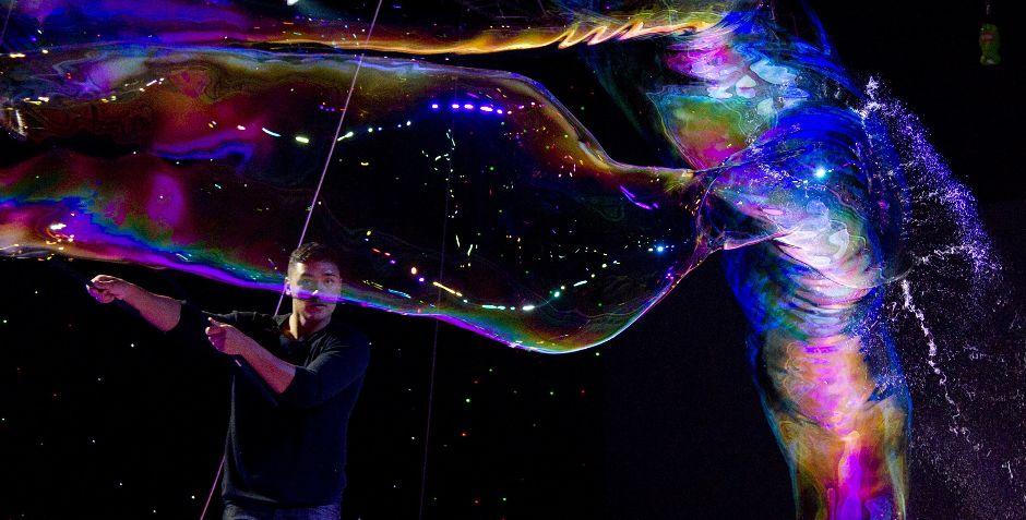 Майстер гігантських бульбашок