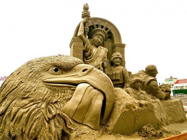 Величественный орел и статуя «Леди Свобода».