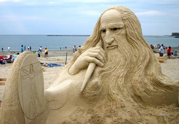 Фигура Леонардо да Винчи на Ривер Бич. Штат Массачусетс, США.
