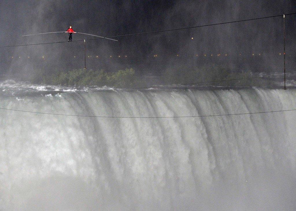 Американец преодолел Ниагарский водопад